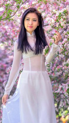 What exactly is the Ao Dai, you ask? Why, it's the national dress of Vietnam. Long Frocks For Girls, Wedding Dresses For Girls, Girls Dresses, Ao Dai, New Long Dress, Long Dress Design, Dress Designs, Girls Designer Dresses, Beautiful Asian Women