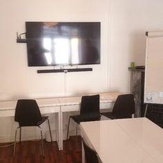 Lokalet har også møterom med videoskjerm, til kurs og møter.