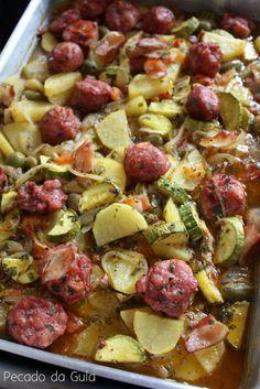 Linguiça assada com batata e legumes Ingredientes: 6 gomos de linguiça cortada em 3 ou 4 partes (usei toscana) 2 tomates sem pele picados 3 batatas médias em fatias de 1cm 1 abobrinha em rodelas de 1cm 1 cebola média em fatias de 1cm azeitonas verdes a gosto 4 fatias de bacon picadas 2 dentes de alho amassados sal e pimenta do reino a gosto cheiro verde a gosto orégano a gosto azeite a gosto
