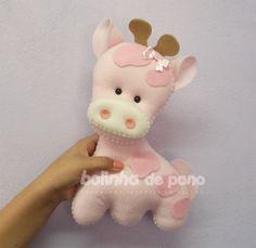 Girafinha feita em feltro com enchimento. Possui 30cm de altura. Feita em 2 tons de rosa bebê. Ideal para decoração. Preço por unidade.