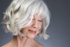 Mulheres lindas com seus cabelos prateados. Cortes e formas de arrumar os cabelos brancos.