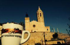 La taza viajera nos recomienda… Sitges, hermoso pueblo marinero perfecto para pasear por sus pintorescas calles estrechas o por sus playas de fina arena. #Sitges