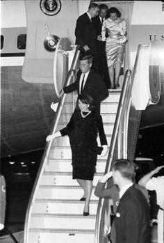 1963. 21 Novembre. By Norman BRADFORD. President and Mrs. John F. Kennedy descend from Air Force One after landing at Carswell Air Force Base, Fort Worth, late in the evening of November 21st. They're followed by U.S. Rep. Jim Wright and Texas Governor and Mrs. John Connally. FWST photographer Norman Bradford. AR406-6 #4816