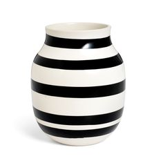 Kähler's popular and unmistakable black stripes adorn the classic Omaggio vase. The timeless vase from the Omaggio series is perfect for a splendid array of coloured flowers. Black And White Vase, Design Vase, Design Bestseller, Paint Stripes, Danish Design, Ceramic Vase, Scandinavian Design, Home Accessories, Modern