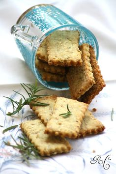 Biscotti salati all'olio d'oliva, nocciole, rosmarino e semi di sesamo