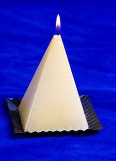 Realización de velas con moldes metálicos.  ¿Te gustan las manualidades vistosas pero que no sean excesivamente complicadas?  Hoy te traemos un tutorial que muestra cómo puedes hacer velas mediante moldes metálicos.  http://bricoblog.eu/hacer-vela-con-forma-de-piramide
