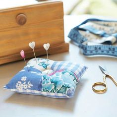 If you have leftover fabric scraps from previous sewing projects, put them to good use with this patchwork pincushion Creation Deco, Creation Couture, Diy Mothers Day Gifts, Diy Gifts, Quilting Projects, Sewing Projects, Sewing Kits, Quilting Tips, Mother's Day Diy