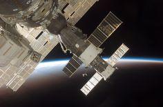 La oscuridad del espacio y el horizonte de la tierra proporcionan el telón de fondo para esta imagen del Soyuz acoplado 13 (TMA-9) (primer plano) y el vehículo ruso de reabastecimiento progreso 51 ISS. Crédito de la imagen: NASA