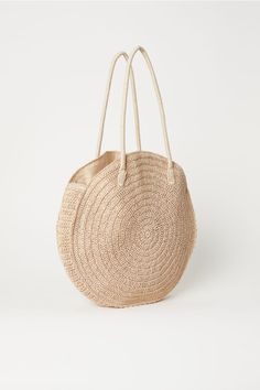 Round bag in braided paper straw with two handles at top. Lined. Size 4 x 17 x 17 in. Fall Handbags, Straw Handbags, Purses And Handbags, Round Straw Bag, Round Bag, Woven Beach Bags, Handbags For School, Jute Bags, H&m Gifts