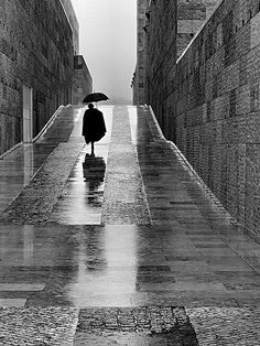 Street photography / Black and White Photography by Rui Palha Black And White Wallpaper, Black N White, Black And White Pictures, Walking In The Rain, Singing In The Rain, Rainy Day Photography, Street Photography, Alone Photography, Urban Photography
