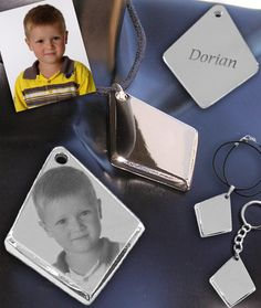 Photo gravure sur pendentif losange Gravure Photo, Dog Tags, Dog Tag Necklace, Photos, Jewelry, Lanyard Necklace, Diamond Pattern, Jewerly, Pictures