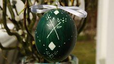 Dunkelgrünes Ei mti einfachem Muster
