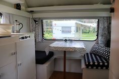 Koddig Kippetje ‹ Caravanity | happy campers lifestyle Caravan Makeover, Caravan Renovation, Rv Makeover, Diy Caravan, Retro Caravan, Caravan Ideas, Fendt Caravan, Trailer Decor, Vintage Caravans