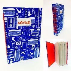 Agora o Mateus tem uma agenda personalizada para levar na escola! 📒📚🗓 #andreapapelecia #agenda #agenda2016 #encadernação #encuadernacion #bookbinding #tecido #papelaria #papelariapersonalizada #personalizados