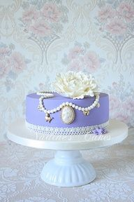 Cameo and Vintage Pearl Cake Gorgeous Cakes, Pretty Cakes, Amazing Cakes, Marie Antoinette, Fondant Cakes, Cupcake Cakes, Pasteles Cake Boss, Cameo Cake, Pastel