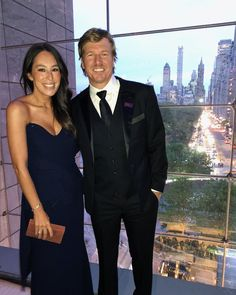 Fixer Upper stars Chip and Joanna Gaines stepped out on the red carpet for the 2019 Time 100 Gala. The two looked amazing, with Joanna in a gorgeous gown and Chip in a classic tux. Joanna Gaines Family, Joanna Gaines House, Magnolia Joanna Gaines, Joanna Gaines Style, Chip And Joanna Gaines, Chip Gaines, Jojo Gaines, Joanna Gaines Farmhouse, Gaines Fixer Upper
