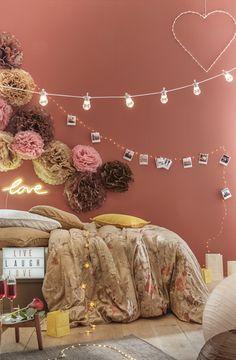 Décoration Saint Valentin mariant pompons rose, marron chocolat et sable, mur terracotta, polaroids @cheerzto attachés sur guirlande lumineuse, guirlande guinguette câble blanc bulbes transparents, néon love et coeur lumineux #saintvalentin #bemyvalentine #valentinesday #valentinesdaygift #stvalentin #valentin #valentine #terracotta #wall #polaroid #diy #tuto #deco #decoration #decoratingideas #love #neon #vintagedecor #decor #guinguette #garland #guirlande #led #bed #room #roomdecor #2018
