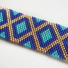 Work in progress... Une commande avec des couleurs que je n'avais jamais associées et j'aime beaucoup! #jenfiledesperlesetjassume #perles #beads #miyuki #couleurs #miyukibeads #tissageperles #tissage #brickstitch #peyote #madeintoulouse #bijoux #blue #bracelet #colors
