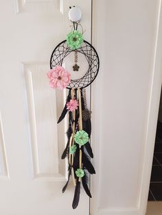 Dreamcatcher - love the colored flowers with the black background - makes them really pop. Just Be Happy, Native Art, Dreamcatchers, Horse Art, Crafts To Do, Mixed Media Art, Friendship Bracelets, Feathers, Diys