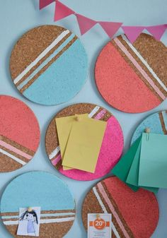 Organize and decorate a cool DIY idea for your study – Painted round cork coasters serve as a pin board - Diy Gifts Cork Bulletin Boards, Cork Boards, Memo Boards, Cork Coasters, Diy Décoration, Diy Signs, Cool Diy, Diy Room Decor, Bedroom Decor