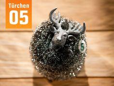 Macht mit beim großen OBI Adventskalenderbasteln! Der röhrende Hirsch muss im Winter nicht frieren, denn er trägt einen wärmenden Schal aus Stahlwolle – und in sich ein kleines Präsent. Wenn´s fertig ist. Zur Anleitung: http://www.obi.de/de/aktionen/pdfs_anleitungen/Adventskalender_Anleitung_Kunststoffverpackung.pdf #OBI #Adventskalender #xmas2013 #basteln #DIY