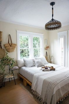 You can decorate guest bedrooms without neglecting their cosy sides. A guest bedroom can still look stylish. We have 30 cosy guest bedroom ideas in the . Read Cozy Guest Bedroom Ideas 2020 (For Your Inspiration) Guest Bedrooms, Bedroom Sets, Home Bedroom, Bedroom Decor, Tiny Bedrooms, Tiny Master Bedroom, Tiny Bedroom Design, Calm Bedroom, Neutral Bedrooms