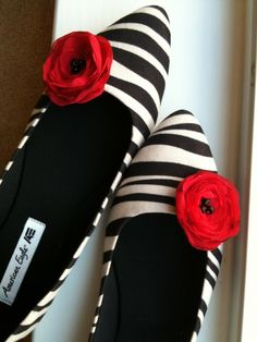 I do like poppies. DIY Poppy Shoe Clips