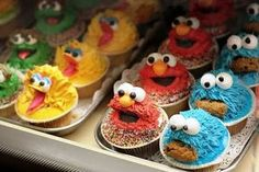 Sesame street cupcakes - I still remember the cookie monster one my parents bought for me once. Cartoon Cupcakes, Cookie Monster Cupcakes, Fun Cupcakes, Cupcake Cakes, Cup Cakes, Themed Cupcakes, Birthday Cupcakes, Decorate Cupcakes, Baby Cakes