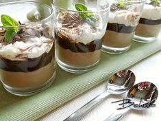 Polovinu smetany přivedeme k varu, pozvolna v ní rozpustíme nalámanou čokoládu a necháme vychladnout. Druhou polovinu vyšleháme v pevnou... Sweets Cake, Mini Cheesecakes, Pavlova, Something Sweet, Trifle, Nutella, Baked Goods, Cookie Recipes, Panna Cotta