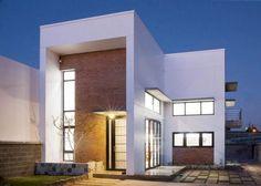 Diseño de moderna casa de dos pisos con estructura de hormigón y ladrillo