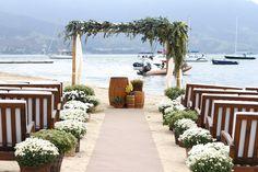 vasos com flores e folhagens separadamente para a frente do barco (e talvez embaixo da mesa da parte de trás)