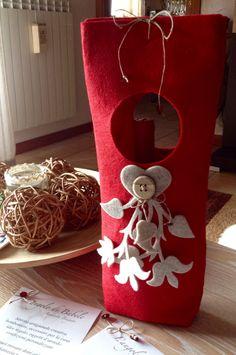 Portabottiglie New Year's Crafts, Felt Crafts, Diy Crafts, Craft Items, Craft Gifts, Diy Natal, Wine Bottle Design, Felt Decorations, Craft Show Ideas