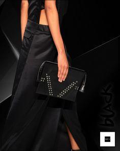 Según el Feng Shui, la cartera negra representa la esencia del poder, sobretodo si esta adornada con plateado como este clutch en cuero con taches de MICHÚ para MEV que complementa el total black look.