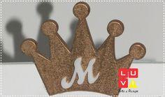 Coroa para Decoração em dourada com inicial em branco.