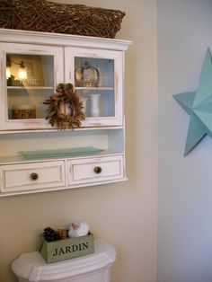 Love this cabinet, and the hint of aquamarine in a white bath. Love!