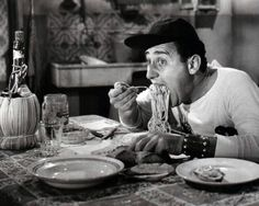 Alberto Sordi eating pasta - Have you ever wondered how to eat properly ITALIAN SPAGHETTI?