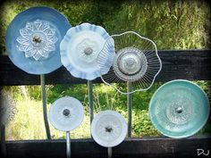 Tutorial for making glass flowers. One I bought has a small glass bottle glued/cemented to the back so that a it sits on a reebar stake. by ann Glass Garden Flowers, Glass Plate Flowers, Glass Garden Art, Flower Plates, Glass Art, Art Flowers, Garden Whimsy, Diy Garden, Garden Crafts