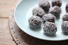 Op zoek naar een gezonde snack? Maak dan eens deze kokos-chocoballetjes. Je hebt maar een paar ingrediënten nodig en geen oven!