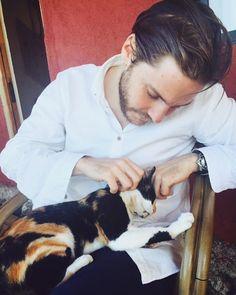 """Polubienia: 748, komentarze: 55 – Daniel Brühl (@thedanielbruhl) na Instagramie: """"Having some quality time w my partner in crime #catsofinstagram """""""