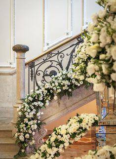 Decoração de casamento em branco e dourado. Escadaria decorada com um caminho de flores. Perfeito para um casamento clássico.  Decoração da Maria Manuela Eventos.   Vestida de Noiva | Blog de Casamento por Fernanda Floret | Blog de Casamento