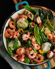Peixe com camarão e legumes Homemade Fish And Chips, Coffee Break, Kung Pao Chicken, Food Inspiration, Pasta Salad, Shrimp, Food And Drink, Low Carb, Vegetarian
