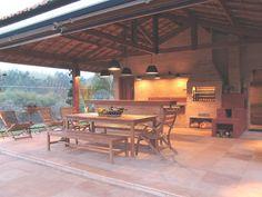 Com o intuito de promover o convívio familiar, a paisagista Paula Magaldi desenhou uma área gourmet em tijolos aparentes, seguindo a linha rústica das construções da Fazenda Bela Vista, em Itatiba (SP). O espaço conta com churrasqueira e forno a lenha