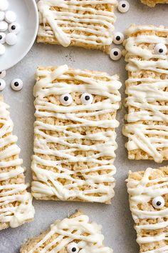 Mummy Rice Krispie Treats (fun for kids to make) Winter Desserts, Easy Desserts, Delicious Desserts, Dessert Recipes, Yummy Food, Bar Recipes, Rice Krispy Treats Recipe, Rice Krispie Treats, Rice Krispies