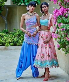 Flaunt your look with the newest trend in town, short length lehengas for your Mehndi ceremony. Trending Short lehenga designs you must check out. Raw Silk Lehenga, Floral Lehenga, Indian Wedding Outfits, Indian Outfits, Indian Clothes, Emo Outfits, Pakistani Dresses, Indian Dresses, Pakistani Suits