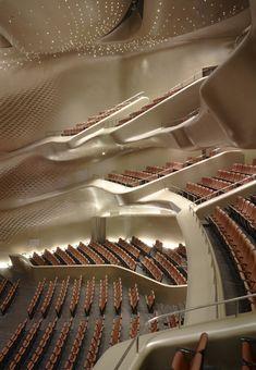 Zaha Hadid, nacida en Bagdad en 1950, es un icono de la arquitectura contemporáneaprocedente de la corriente del DECONSTRUCTIVIS...