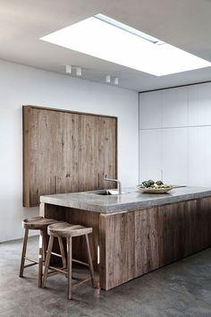 Prachtig design kookeiland in keukenopstelling met houten fronten in combinatie met een strak gesealed bovenblad #kookeiland #hout #modern