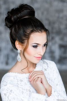 Wedding makeup Dubai artist offer bridal makeup services at best price. Miracle Lounge Salon is one of the top wedding makeup artists in Dubai for wedding make up, bridal make up & bridal hair style. Call us now for bridal makeup Dubai. Beautiful Bridal Makeup, Best Wedding Makeup, Indian Bridal Makeup, Bridal Hair And Makeup, Wedding Hair And Makeup, Bridal Beauty, Hair Makeup, Mod Wedding, Wedding Updo