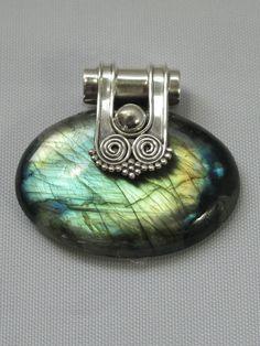 Stunning handmade cabachon Labradorite pendant with 925-hallmarked sterling…