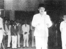 In 1925 studeerde hij bij professor Wolff Schoemaker af als ingenieur in de architectuur. Hierna was hij korte tijd werkzaam als architect te Bandung.    Hij is in 1948 is hij gevangen genomen door de Nederlandse soldaten maar na een wapenstilstand is hij weer vrij gelaten.  Hij is afgetreden op 1967 Soeharto was zijn opvolger.