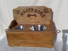 Comedero perro mediano construido con madera de palet, se levanta la tapa para guardar dentro alimento, platos de acero desmontables. Medidas 50 x 23 x 17 cm (cajón) + 20 cm respaldo.